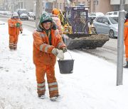 snowfall in Moscow, utilities, street cleaning, guest workers, janitors, snow, road, sand, slippery, orange, outdoors, spring, weather, people