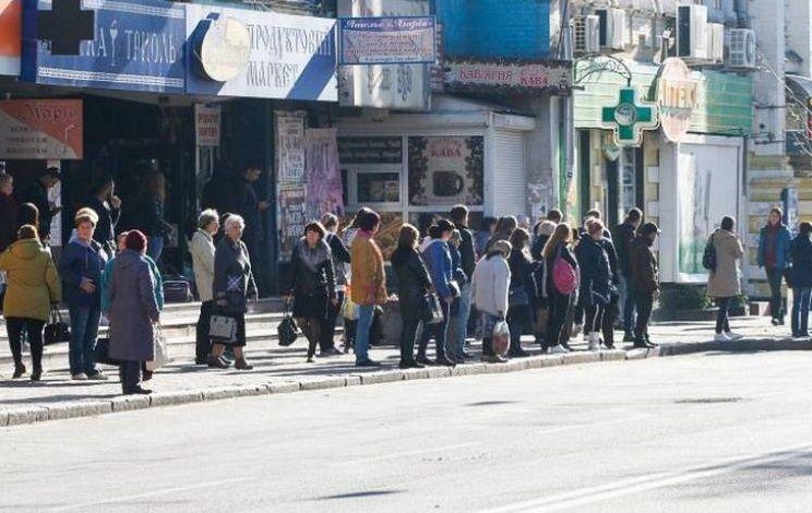 Через відсутність транспорту у Полтаві люди скупчуються на зупинках