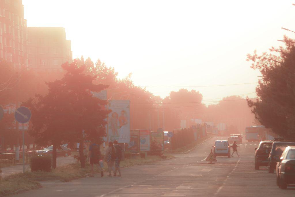 Те, що в повітрі пил, а не пара, підтверджують фото, зроблені в Горішніх Плавнях 21 червня