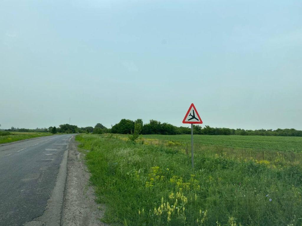 На дорозі Кременчук-Хорол вже з'явилися нові знаки, які попереджають про низько літаючі «самольоти Колотієвського»