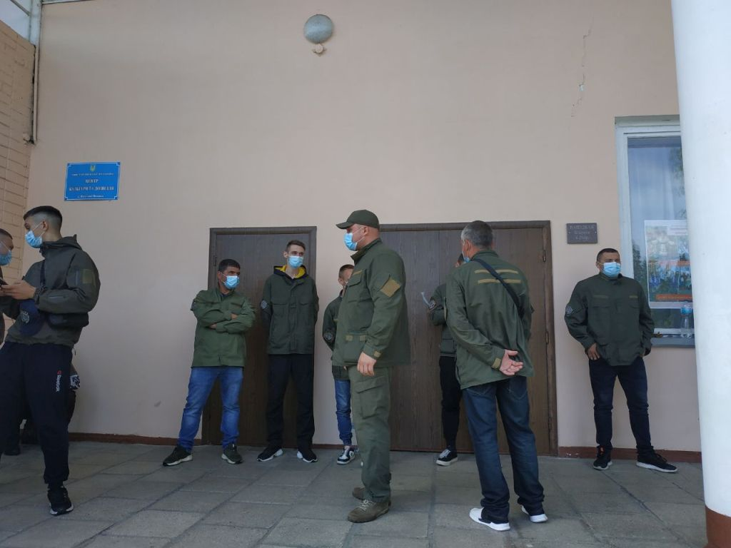 Сесії Колотієвського проходять під охороною тітушок